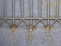 老破裂的金属灰色篱芭 库存图片
