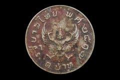 老硬币在黑背景的泰国1974年 库存图片