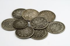 老硬币堆从在白色背景隔绝的德国帝国的 免版税库存图片