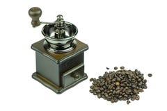 老磨咖啡器和咖啡豆在白色背景 库存照片