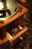 老磨咖啡器和咖啡豆,特写镜头 免版税库存图片