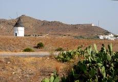 老磨房和一些白色房子在加塔角附近在安大路西亚(西班牙)咆哮 图库摄影