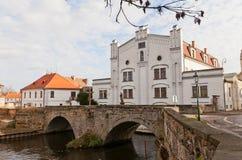 老磨房和石头桥梁在Brandys nad Labem,捷克 图库摄影
