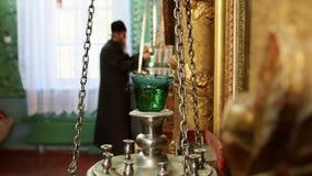 老祈祷在修道院里的礼拜式基督徒修士 股票视频