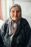 老祖母在家在俄国村庄 免版税库存照片