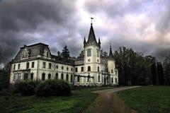 老神秘的宫殿在与风雨如磐的天空的晚上 免版税库存照片