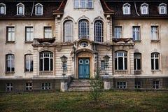 老离开的鬼魂豪宅 库存照片