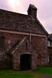 老种田的房子/村庄或者教会在微明下,威尔士,英国 库存照片