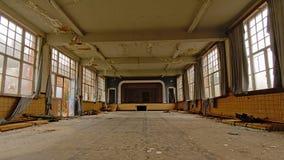 老空的剧院大厅在一所被放弃的学校 免版税库存图片