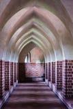老空的大厅内部。城堡曲拱。中世纪建筑学。 图库摄影
