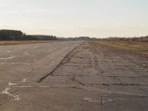老空的机场跑道 图库摄影