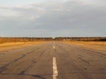 老空的机场跑道 免版税库存照片