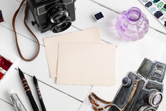 老空的照片、水彩剪影、减速火箭的照相机和水彩油漆 免版税库存图片