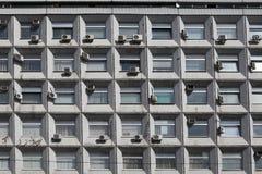 老空调的丑恶的门面的片段在莫斯科 免版税库存照片