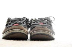 老穿上鞋子被佩带的踩滑板 库存图片