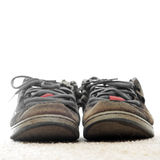 老穿上鞋子被佩带的踩滑板 免版税库存照片