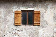 老窗口和开放快门在破裂的墙壁上在奥地利 免版税库存照片