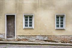 老窗口和门与难看的东西崩裂了墙壁 库存照片