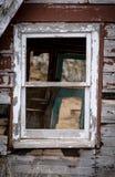 老窗口在一个被放弃的房子里 免版税库存图片