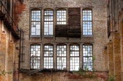老窗口在一个离开的大厅里 免版税库存图片