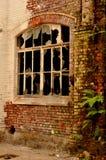 老窗口在一个离开的大厅里 库存照片