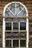 老窗口在木房子里 库存照片