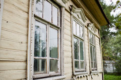 老窗口在老木房子里 图库摄影
