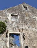老窗口在被放弃的石房子里 库存照片