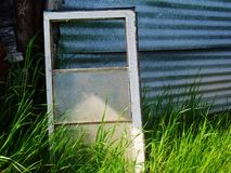 老窗口,凝视通过玻璃 免版税库存图片