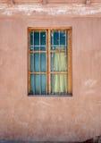 老窗口,红色墙壁 免版税库存图片