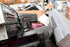 老立体音响和电子堆在回收事件 免版税库存照片