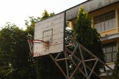 老篮球篮 图库摄影