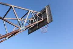老篮球篮 库存图片