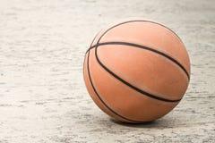 老篮球 库存照片