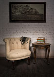 老米黄扶手椅子、小抽屉单位、绘画和古董桌 图库摄影