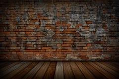 老红砖墙壁和木地板 免版税库存照片