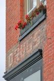 老红砖大厦和标志 免版税库存照片