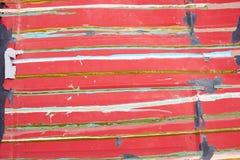老红色与五颜六色的条纹的被绘的表面 库存照片