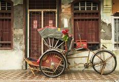 老红色人力车和遗产房子,槟榔岛,马来西亚 库存图片