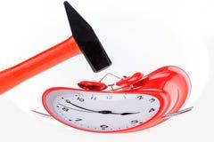 老红色减速火箭的闹钟和锤子 图库摄影