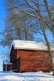 老红色原木小屋 库存照片