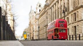 老红色双重甲板公共汽车在伦敦 免版税库存图片