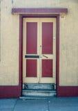 老红色和黄色门 库存图片