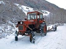 老红色拖拉机 免版税库存照片