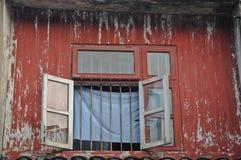 老红色木房子被打开的窗口在越南 库存照片
