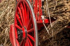 老红色木头和金属马车车轮 库存图片