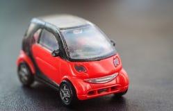 老红色玩具汽车。 免版税库存照片