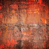 老红色生锈了铁墙壁,方形的背景纹理 免版税库存照片