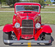 老红色福特旧车改装的高速马力汽车前面 库存图片