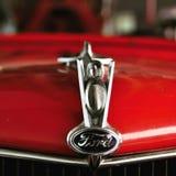老红色福特消防车敞篷和V-8象征 免版税库存图片